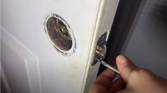 Detecting and fastening of the screws - What is Door Knob-The Most Comprehensive Introduction